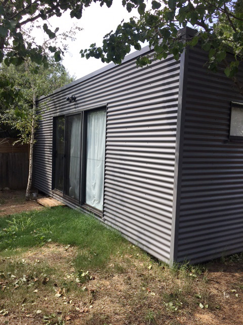 Ainslie Backyard Pods studio - lawn